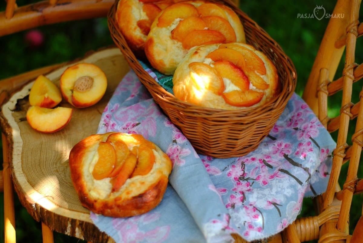 Drożdżówki z serkiem i karmelizowanymi brzoskwiniami
