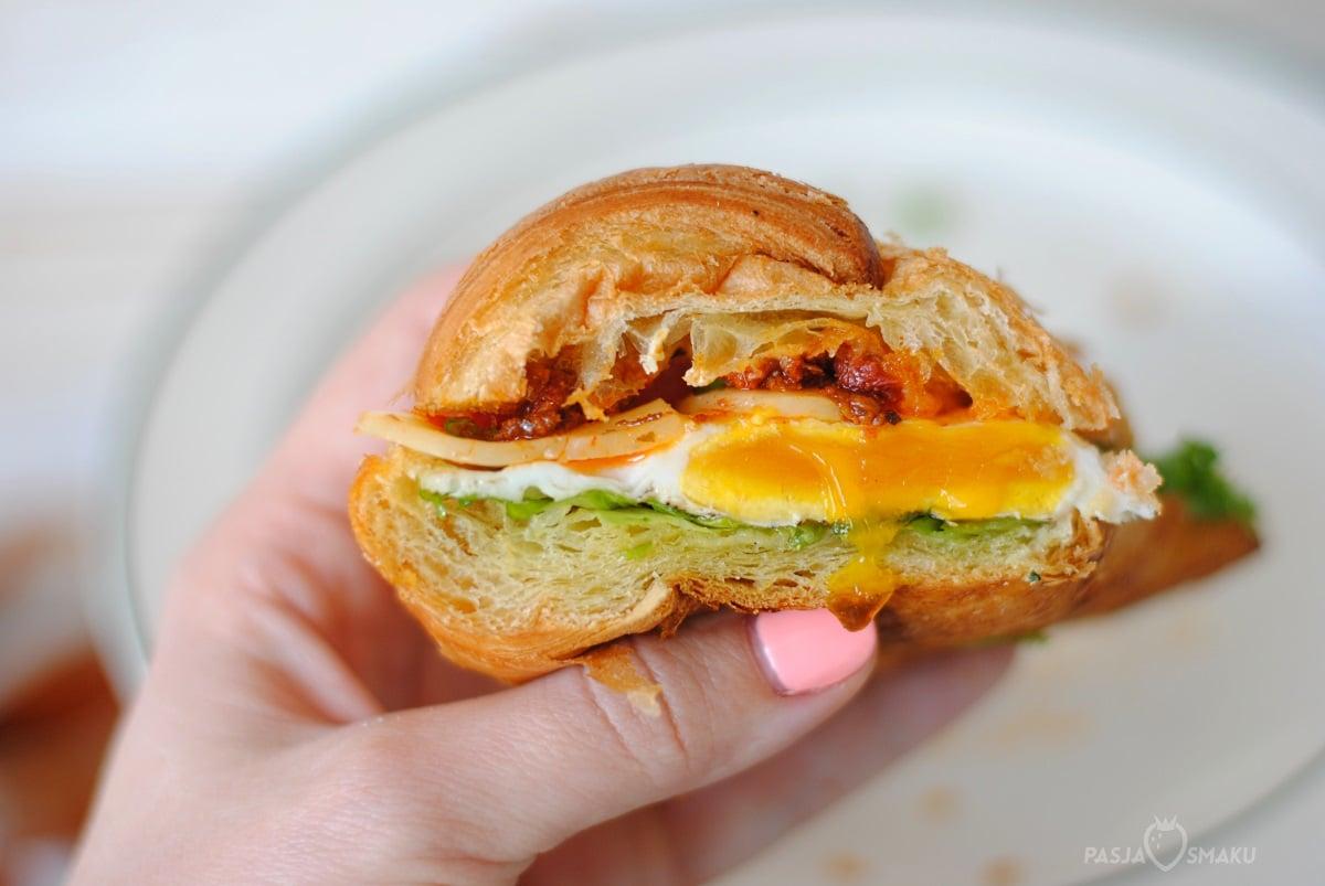 Croissant z jajkiem sadzonym