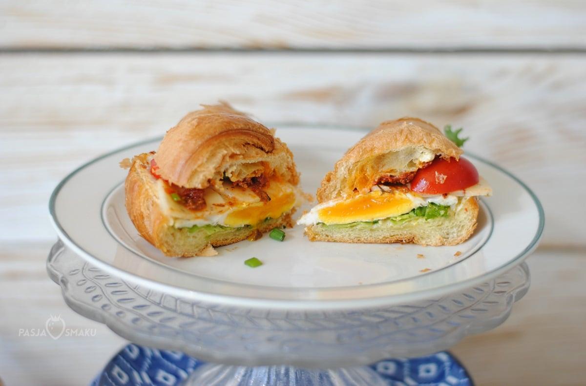Croissant z pomidorem