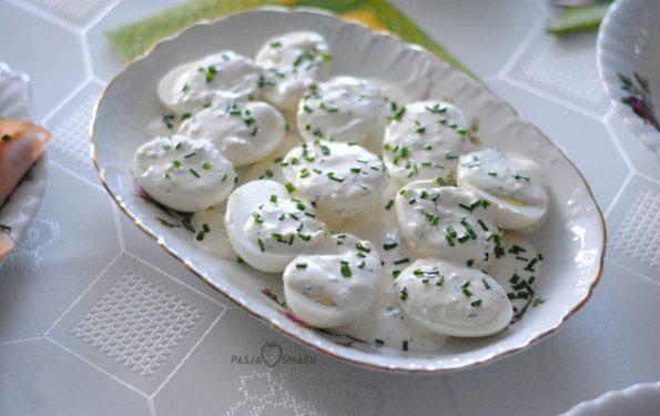 Jajka z sosem czosnkowym