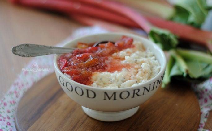 Płatki jaglane z karmelizowanym rabarbarem