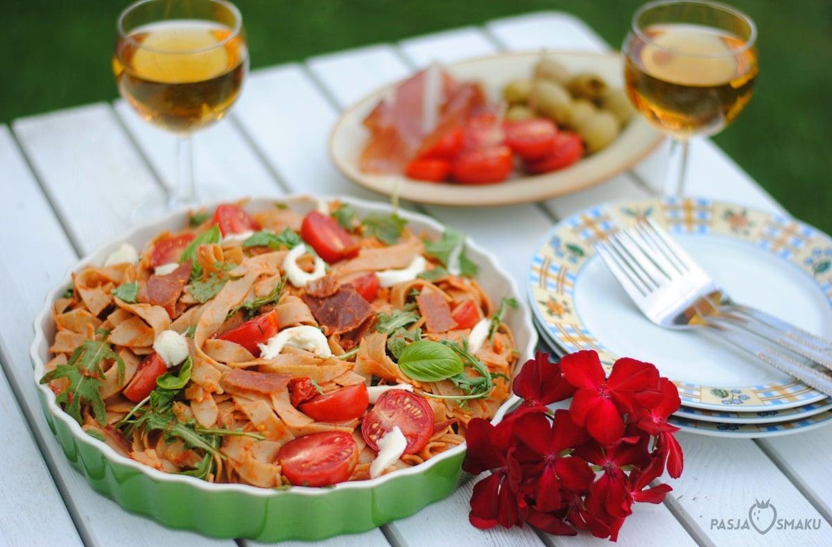 tagliatelle z szynką parmeńską i pomidorkami