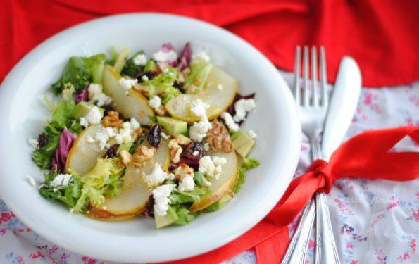Sałatka z gruszką, fetą i orzechami włoskimi