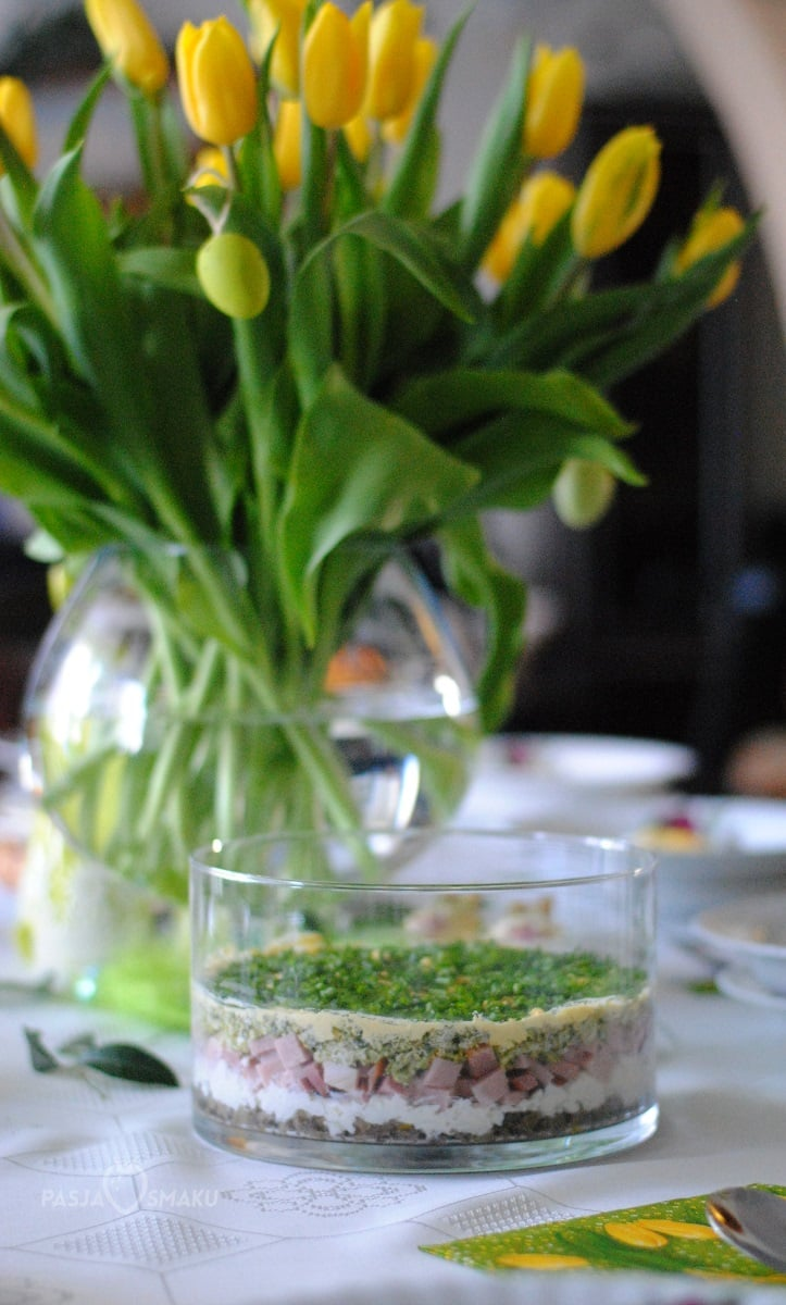 Wielkanocna sałatka warstwowa