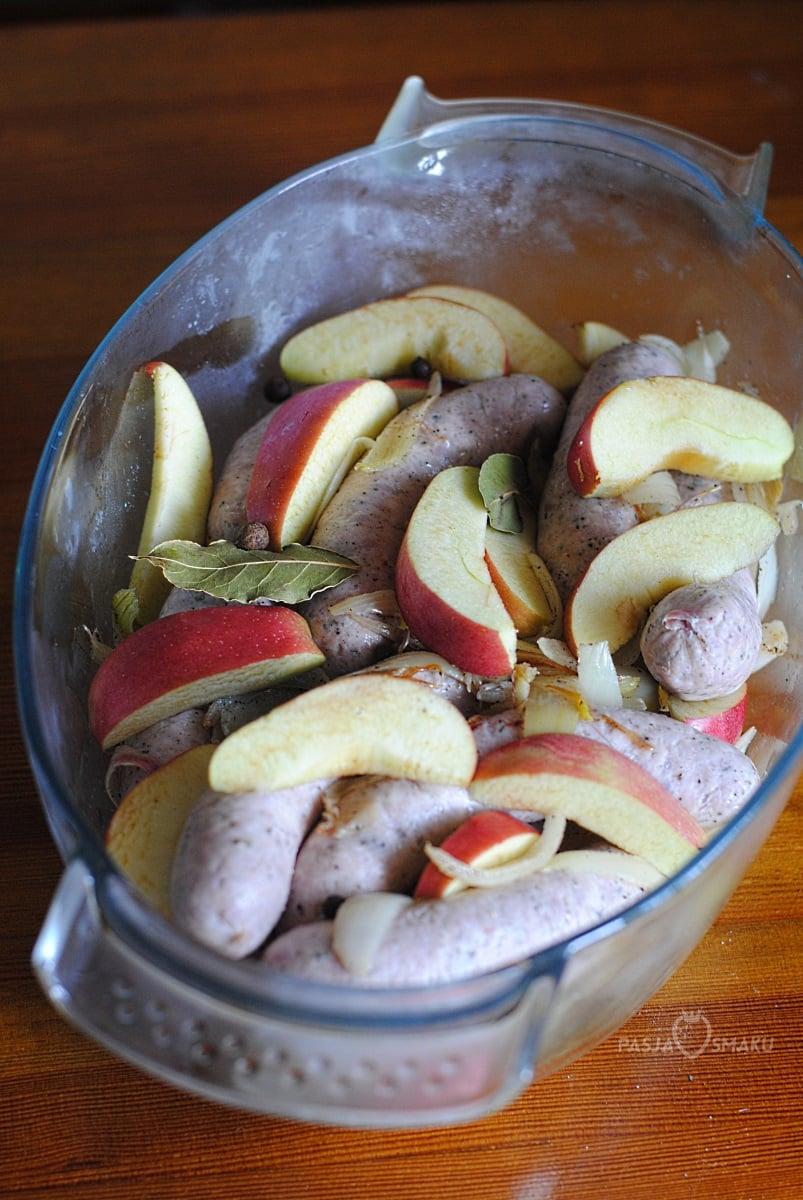 Biała kiełbasa zapiekana z jabłkami i cydrem