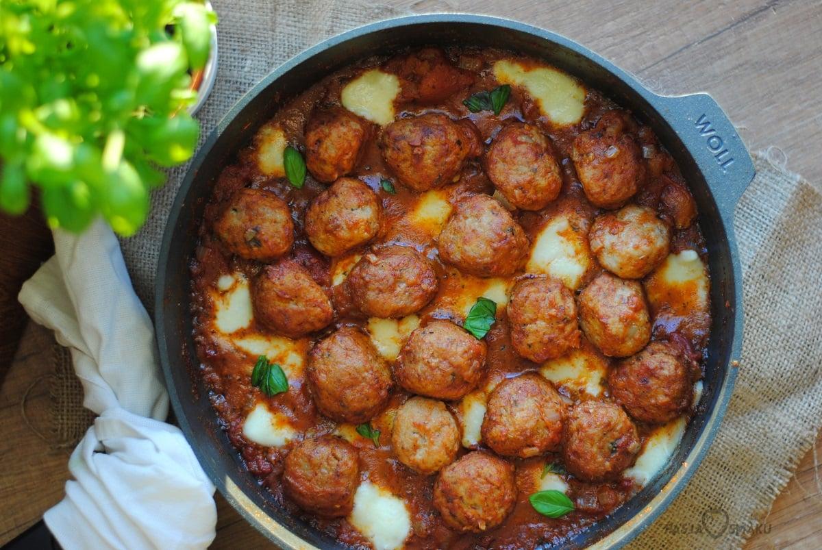 Pulpeciki w sosie pomidorowym z mozzarellą