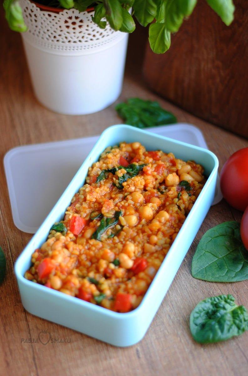 Kasza bulgur z warzywami w sosie pomidorowym