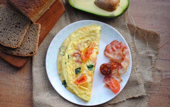 omlet z boczkiem, szpinakiem i pomidorkami