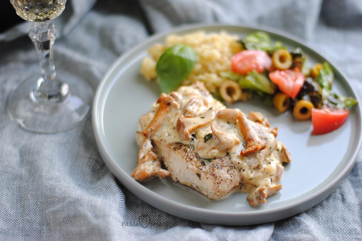 Biała ryba z sosem kurkowym