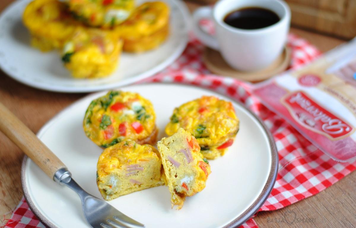 Muffiny śniadaniowe z kiełbasą, szpinakiem i papryką