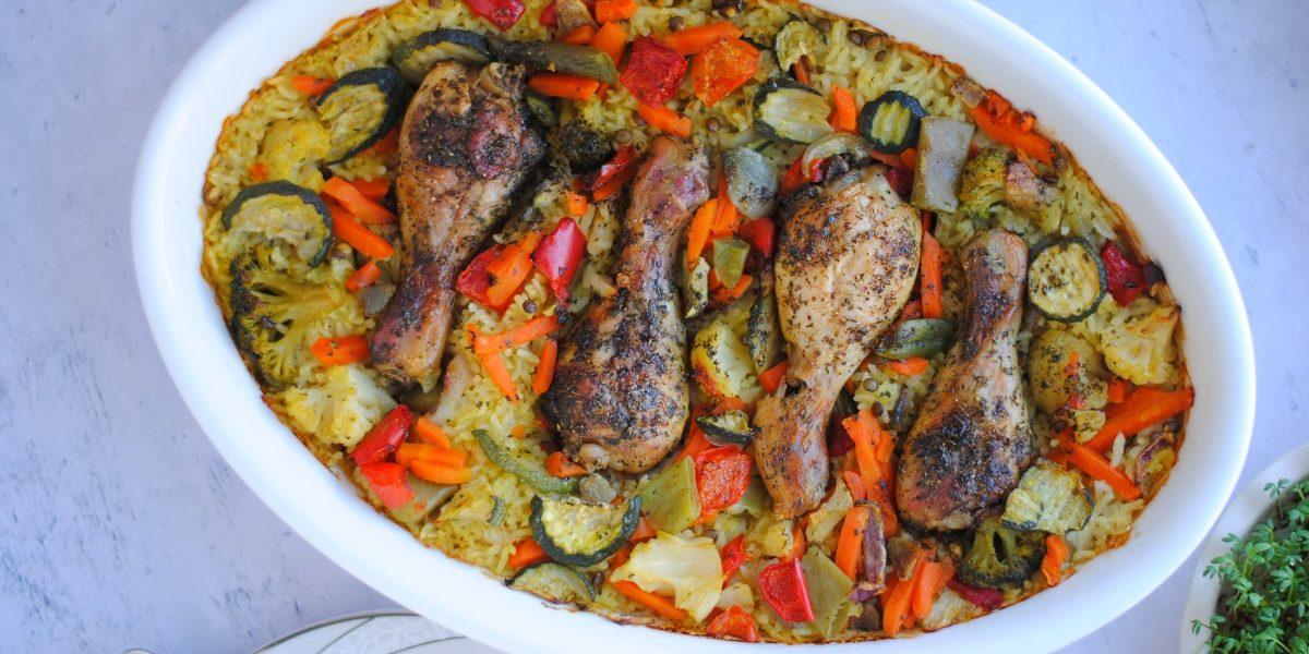 Pałki z kurczaka pieczone na ryżu z warzywami